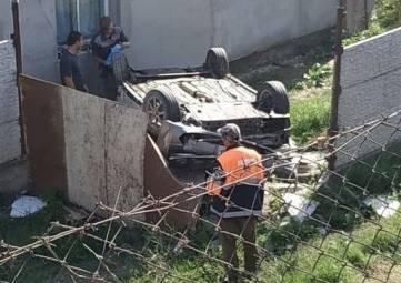В Крыму автомобиль влетел в частный двор и перевернулся