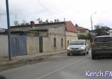 Керчане просят заасфальтировать яму на дороге по Чкалова