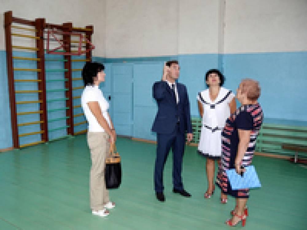 Ищут причины осадки здания спортзала одной из школ Приморского