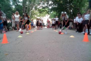 Со школьниками провели спортивные эстафеты, познавательные викторины и конкурс рисунка на асфальте
