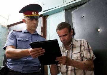 Полицейский стучится в дверь – что нужно знать?