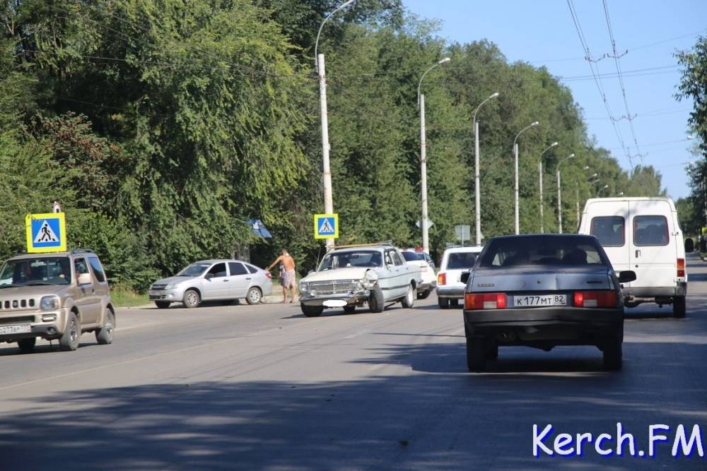 На Войкова в Керчи столкнулись «Волга» и «Лада»