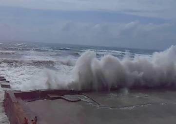 Во время шторма спасли троих туристов