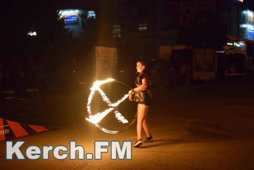 Мототеатр выступил с огненным шоу в Керчи