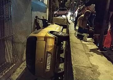 В Ялте на улице Морской автомобиль слетел в проем между дорогой и зданием