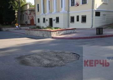 В Керчи засыпали яму на дороге по Театральной