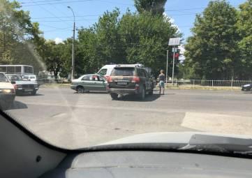 """В Симферополе внедорожник выехал на перекресток и """"поймал"""" легковушку, - ФОТО, ВИДЕО"""