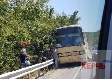 Керченская трасса стояла в пробке из-за аварии автобуса с легковушкой