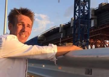 Актер Панин поцеловал Крымский мост (видео)