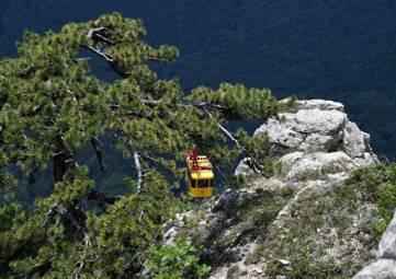 В Крыму спасатели спустили с гор четырех туристов