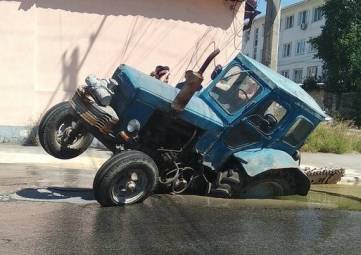 Трактор провалился под асфальт