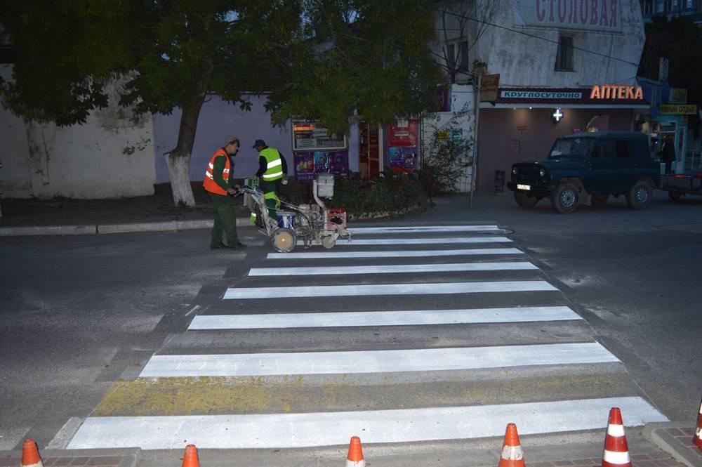 В Феодосии ведутся работы по нанесению дорожных разметок