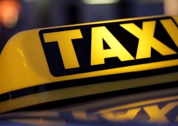 В Алуште таксисты стульями зарезервировали парковку, - ВИДЕО