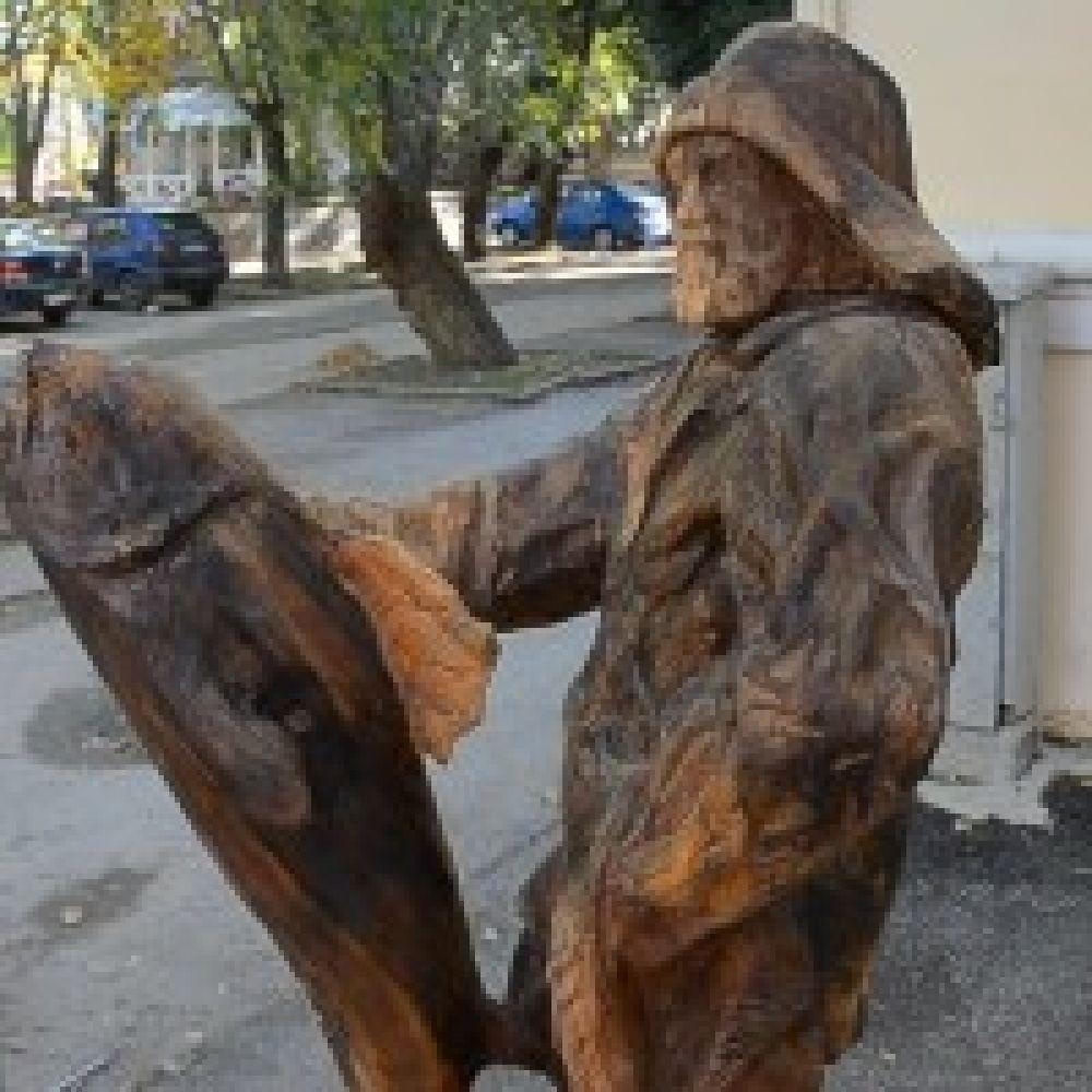В Феодосии появилась новая достопримечательность – деревянная статуя рыбака