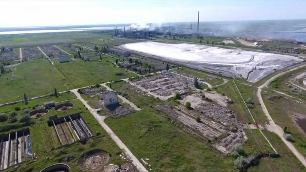 Зальют морской водой или «химией»: в Крыму ищут способы нейтрализовать токсичные осадки