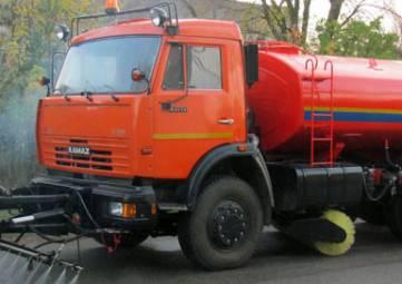 Спецтехника обрабатывает водой улицы Армянска после вредных выбросов