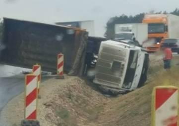 Под Белогорском опрокинулся грузовик: на трассе многокилометровая пробка