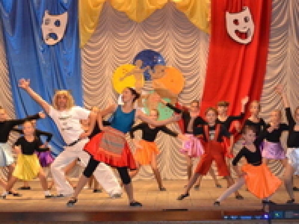 В феодосийском поселке отметил 17-летие театр танца