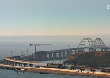 Плавкран повредил барьерное ограждение Крымского моста