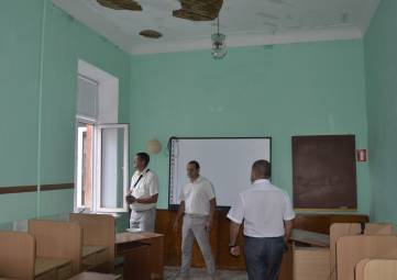 Школу в Феодосии крышуют?