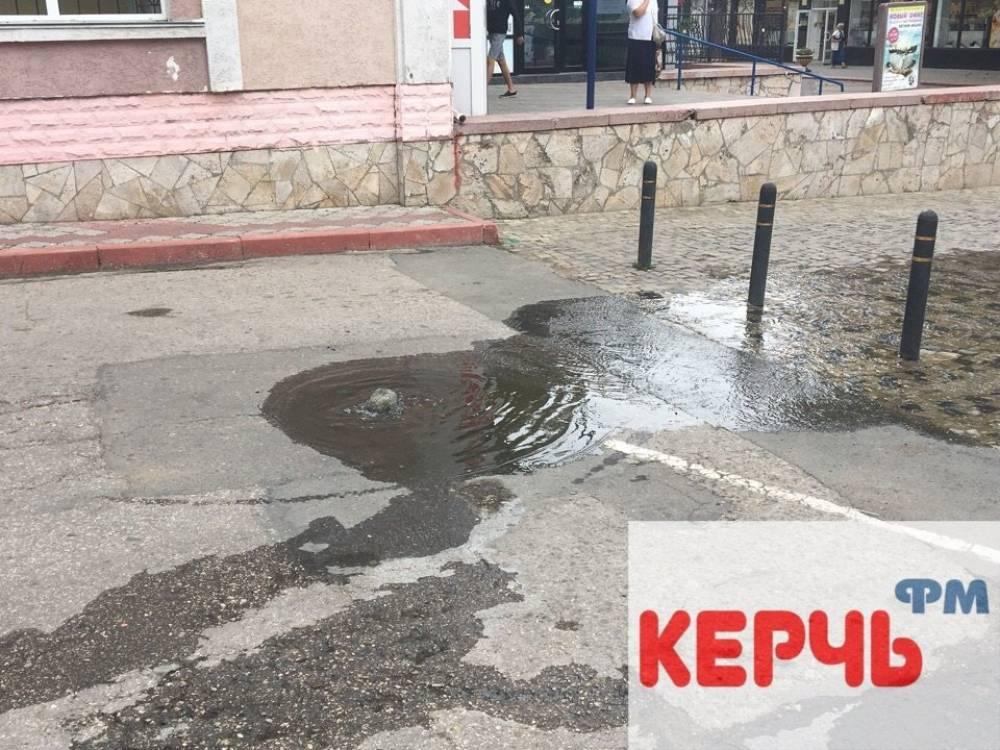 Центр Керчи затопили нечистоты