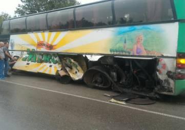 На трассе Симферополь-Керчь два автобуса столкнулись с грузовиками