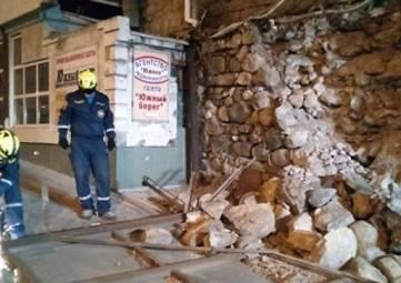 В Алуште рухнувшая подпорная стена повредила машину и рекламный щит