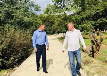 В Комсомольский парк завезли новые вазоны