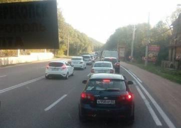 На трассе Симферополь-Ялта ДТП и дорожные работы спровоцировали пробку в 5 км