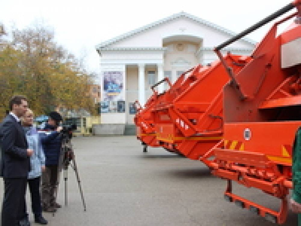 В Феодосию поступили новые мусоровозы для уборки города