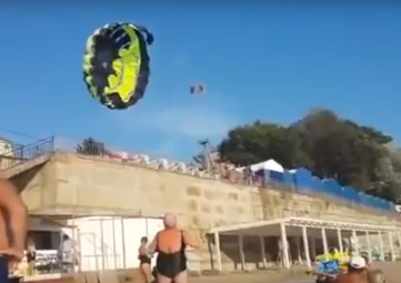 Пару туристов ударило током во время полета над Черным морем