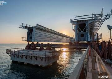 Пролет на Крымском мосту упал в море