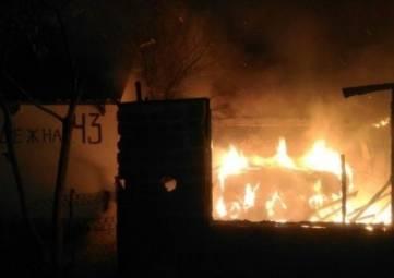Хозпостройка и газовые баллоны: в поселке на ЮБК ночью тушили пожар