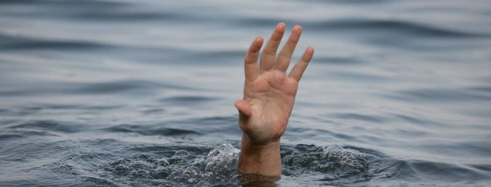 Рыбак потерял сознание и упал в воду