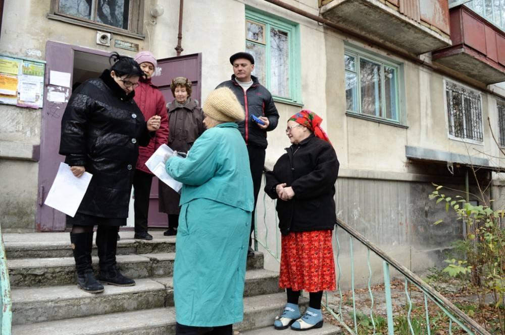 В Феодосии сотрудники Администрации проверяют законность строения по улице Коробкова