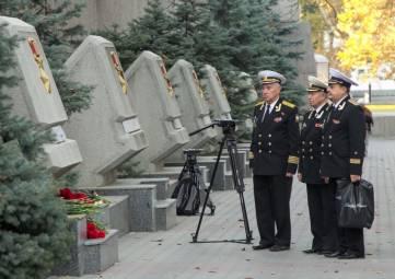 Севастопольцы несут цветы и свечи к стеле города-героя Керчи