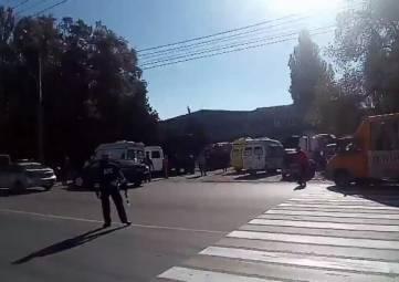 Тела погибших в колледже в Керчи начинают вывозить в морг