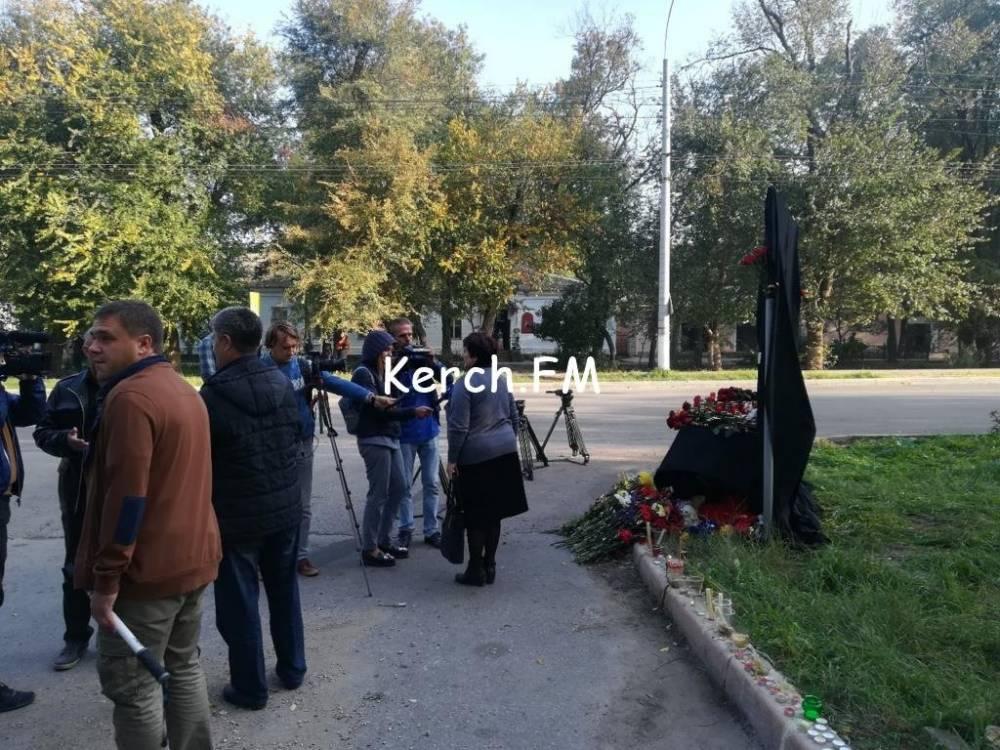 К месту трагедии в Керчи продолжат нести цветы, свечи и игрушки