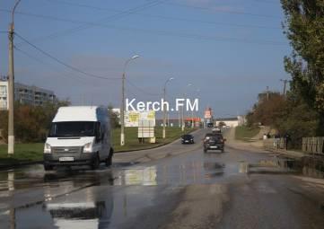 В Керчи на шоссе Героев Сталинграда течет канализация