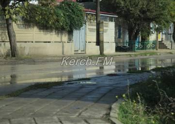 В Керчи снова течет чистая вода по дороге