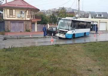 Автобус снес столб