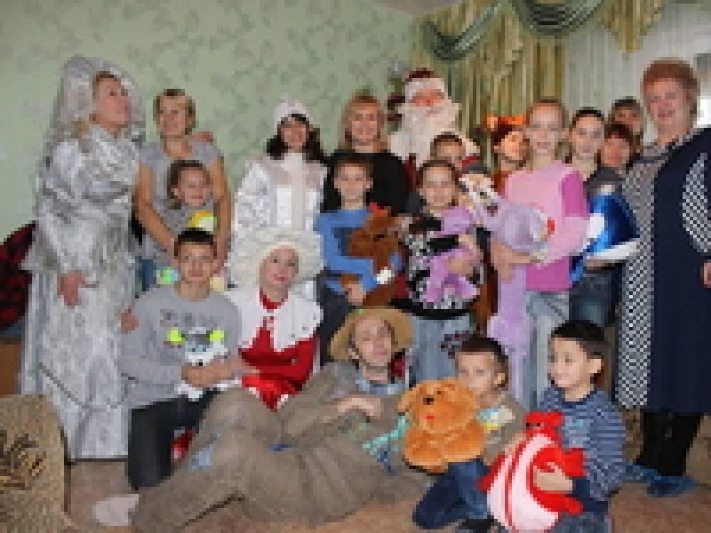 В подарок – новогоднее представление и игрушки