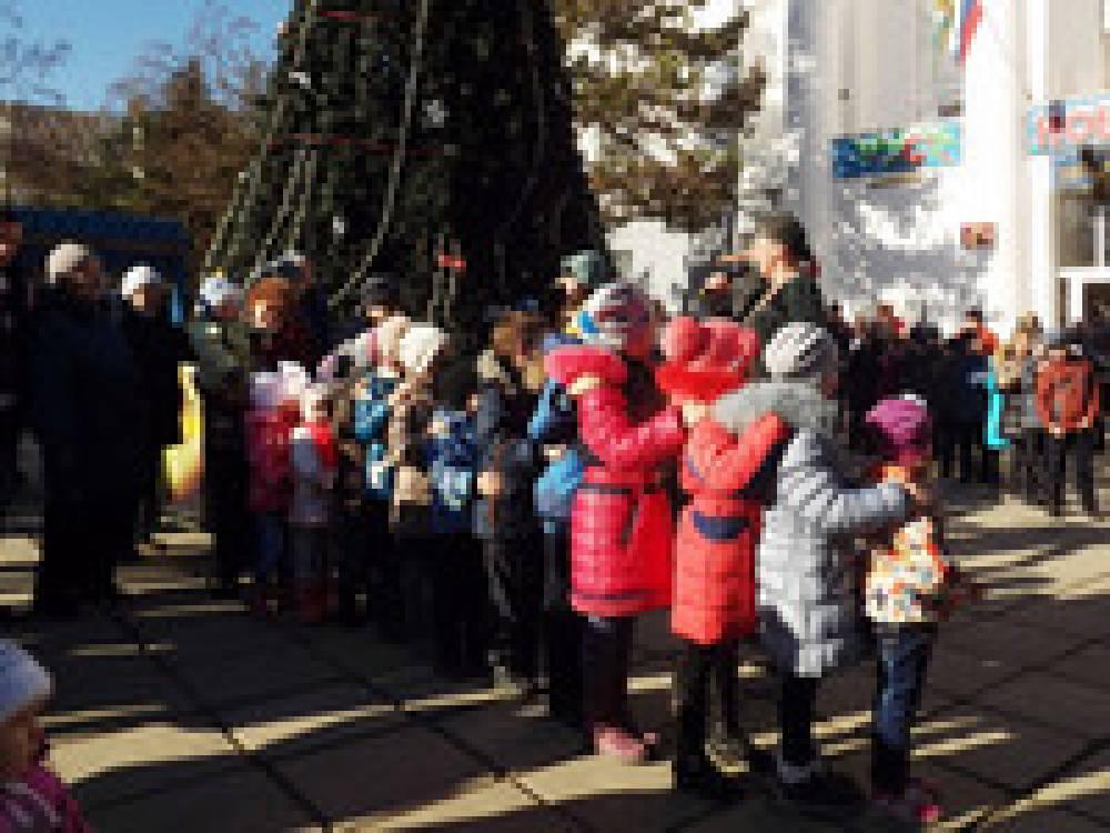 В феодосийском поселке Приморский состоялось торжественное открытие новогодней елки