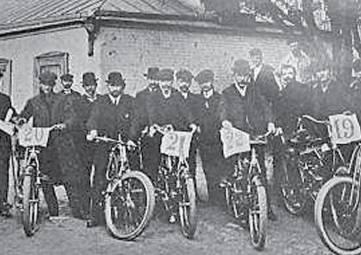В очках и с револьвером ездили по российским дорогам первые мотоциклисты