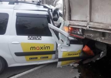 ДТП в Феодосии: такси врезалось в припаркованную на обочине фуру