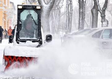 Первый день снега: как борются со стихией на дорогах Крыма