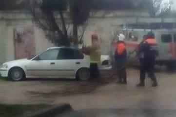 Непогода в Севастополе продолжает валить всё, что плохо стоит