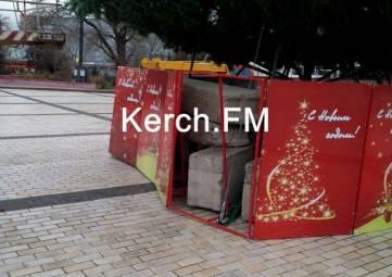 В Керчи ночью ветер повалил защитные щиты у новогодней елки