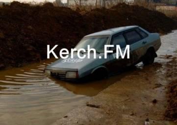 Авто провалилось в огромную яму (видео)