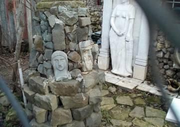 Керчанин разместил у себя во дворе коллекцию скульптур